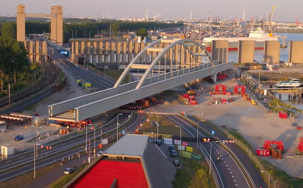 Watch the installation of a steel arch bridge in Rotterdam